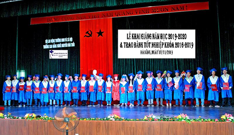 Lễ khai giảng và trao bằng tốt nghiệp